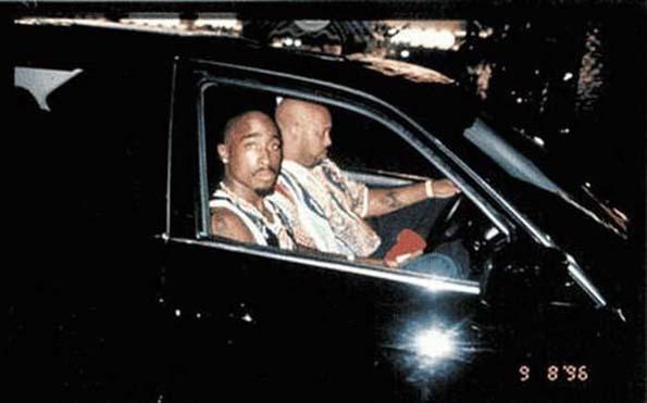 Раперот Тупак седи со неговиот менаџер Суг Најт во автомобилот, пред да биде застрелан на 13 септември 1996 година.