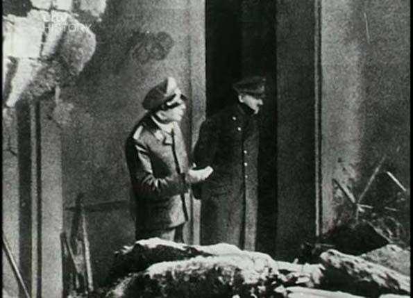 Оваа слика од Адолф Хитлер била направена приближно два дена пред неговата смрт. Тој стоел надвор од неговиот бункер во Берлин, разгледувајќи ја штетата која била направена од бомба.