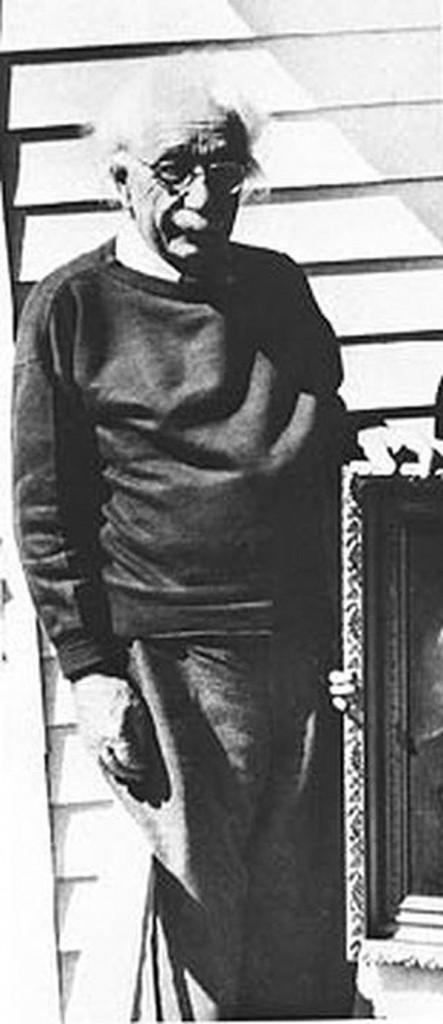 Алберт Ајнштајн позира за фотографија во неговиот дом во Принстон, Њу Џерси, во март, 1995 година. Еден месец подоцна тој починал од аортна аневризма.