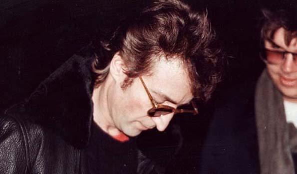 Марк Дејвид Чепман е мажот кој го застрелал Џон Ленон, а се појавува на последната слика на музичарот. Тој барал автограм од него.