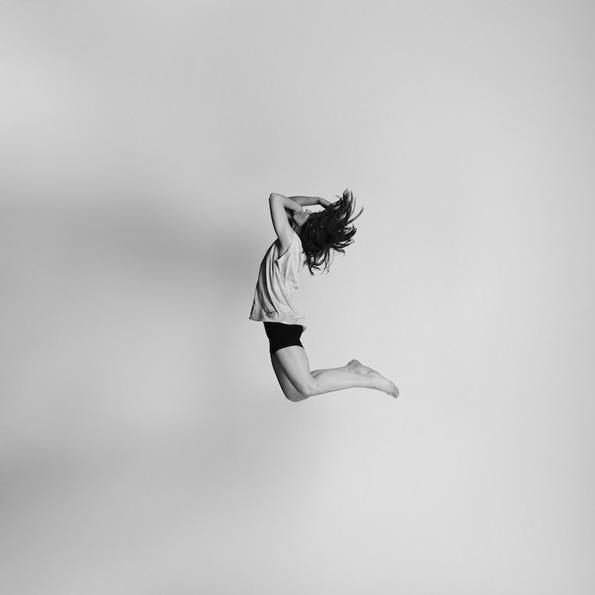 Енергетска фотосесија од луѓе кои ги покажуваат своите емоции во скок