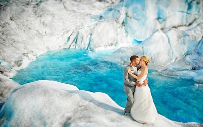 Свадбена фотосесија покрај живописен глечер на Алјаска