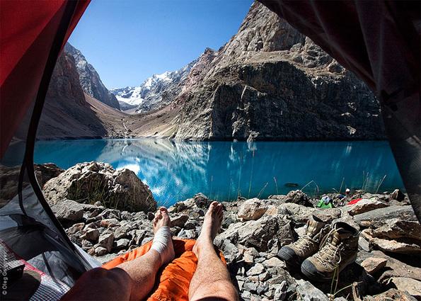 Неверојатни утрински планински пејзажи направени од внатрешноста на шатор