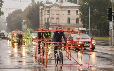 Велосипедисти на оригинален начин протестираат за поголема употреба на велосипеди