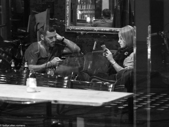 Смртта на конверзацијата: Фотографии од луѓе кои се целосно опседнати со своите смартфони