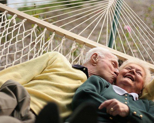 Совети од нашите баби и дедовци: 10 навики кои ја зацврстуваат љубовната врска