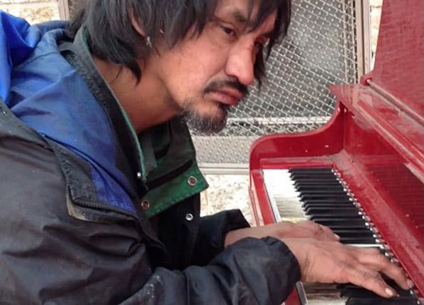 od-ovoj-bezdomnik-site-begale-no-potoa-sednal-pokraj-ulichnoto-pijano-kafepauza.mk