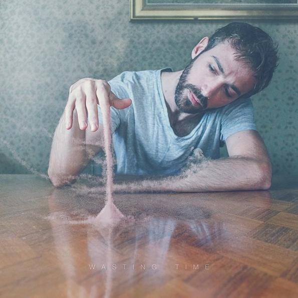 Артист прави портрети од себе низ кои ги искажува своите емоции