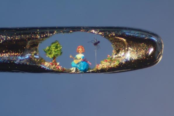 Артист го задржува својот здив додека креира минијатурни скулптури во внатрешноста на дупчето од игла за шиење