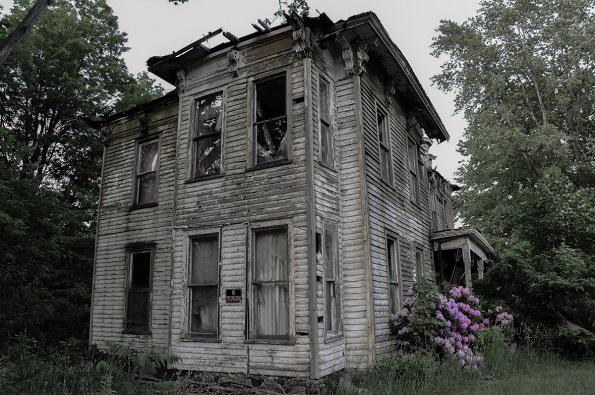 Имотот Кејтер (Бафало, Њујорк) бил дом на локалниот шериф Доналд Кејтерс кој се самоубил. Куќата е запленета во 1968 година, но локалните жители велат дека редовно слушаат гласови кои доаѓаат од внатре.
