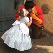 Мајка шие преслатки Дизни костими за нејзината ќерка