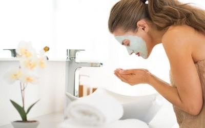 Едноставна домашна маска од мед за освежување и чистење на вашето лице