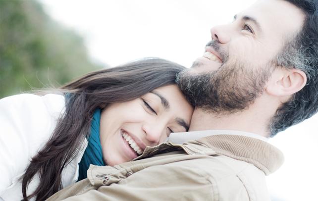 8 знаци дека тој е вљубен до уши