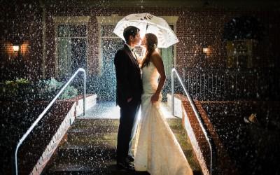 Свадбените фотографии можат да бидат прекрасни и романтични и на лошо време