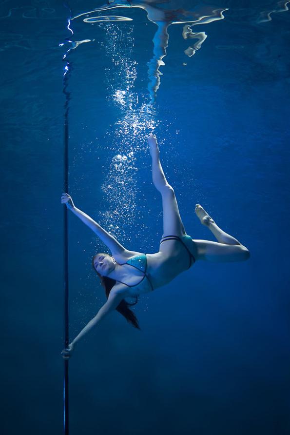 Неверојатни подводни фотографии од девојки кои танцуваат на шипка