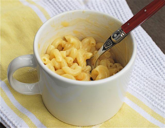 Без и евтин оброк: макарони со сирење во шолја