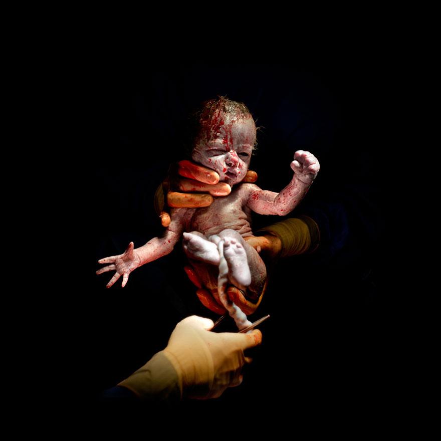 Фотографии од бебиња направени само неколку секунди по породувањето