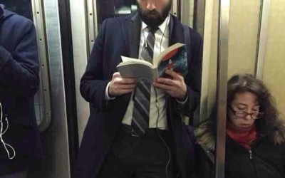 Згодни момци кои читаат – најголемиот хит на Инстаграм во моментов