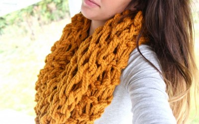 Забавно и едноставно: Исплетете бескраен шал, ќебе или ѓердан користејќи ги само вашите раце