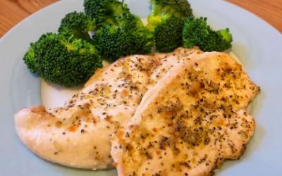 Како да приготвите мек и сочен пилешки стек во рерна?