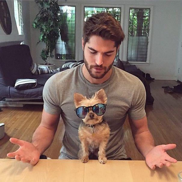 (1) Жешки момци со кучиња - Инстаграм ги спојува вашите две омилени нешта во една фотографија