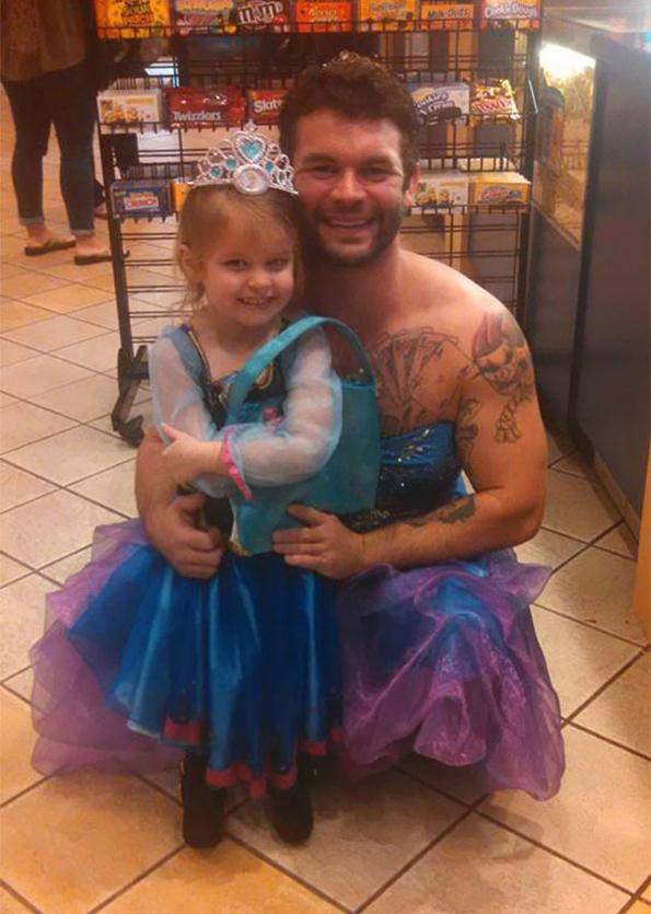 (2) Погледнете што направил овој човек за својата внука која се плашела да носи фустан во кино на новиот филм за Пепелашка