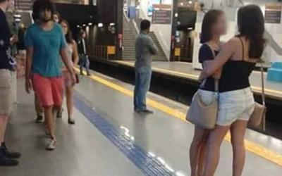 Оваа слика од две девојки кои се прегрнуваат стана вирална, но не поради очигледната причина