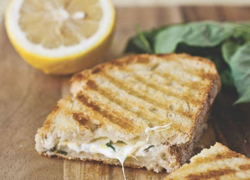 Тост со сирење, лимон и босилек