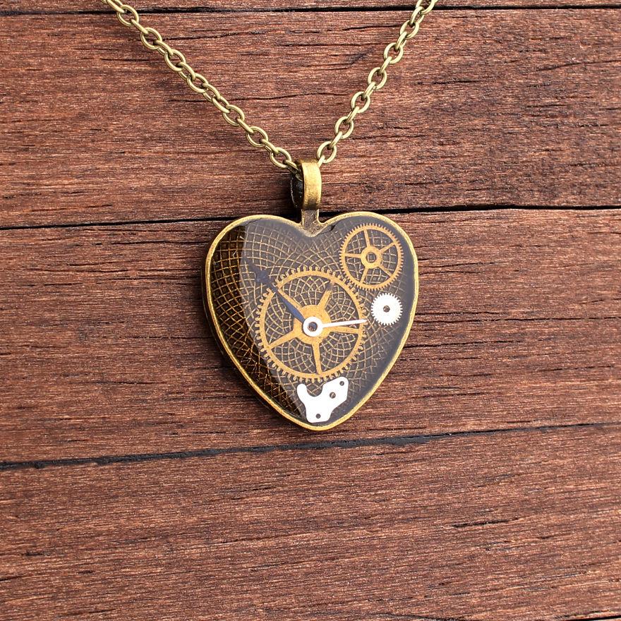 (1) Креативен артист создава прекрасен накит од стари делови на часовници