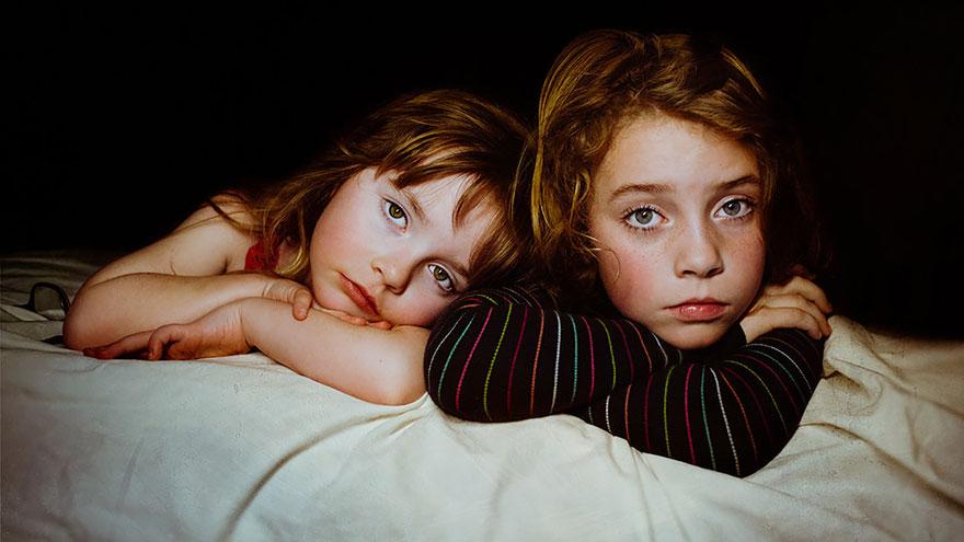 (1) Мајка прави моќни фотографии од своите ќерки, покажувајќи ни дека силата е убавина