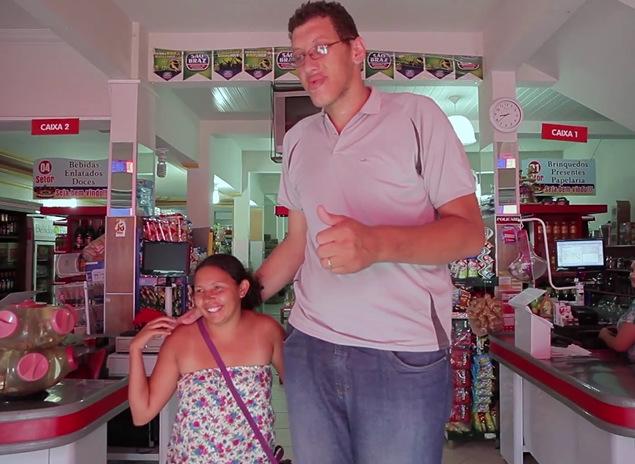 (1) Нежен џин: Највисокиот маж во Бразил стапи во брак со најниската жена