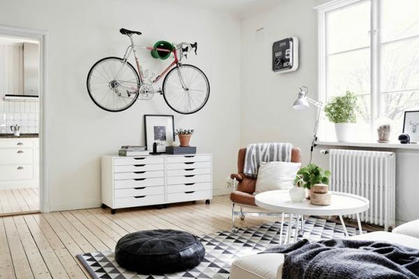 (1) Одлични и креативни начини на кои можете да го чувате велосипедот доколку живеете во мал стан
