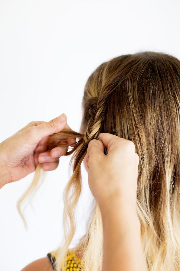 (5) Едноставна летна фризура: Бохо плетенка во јазол