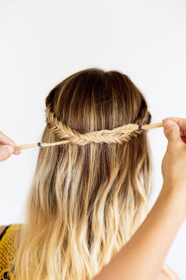 (7) Едноставна летна фризура: Бохо плетенка во јазол