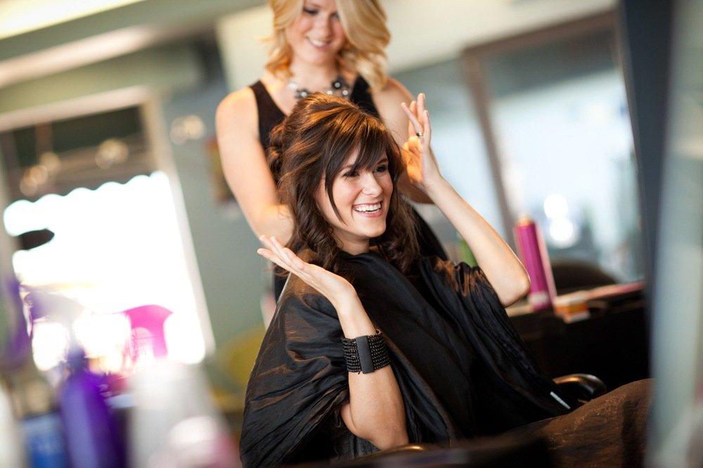Што се случува во главите на жените кога ќе отидат на фризер?
