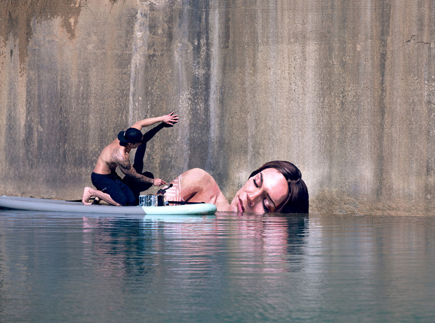 (1) Артист црта неверојатни мурали додека одржува баланс на даска за сурфање