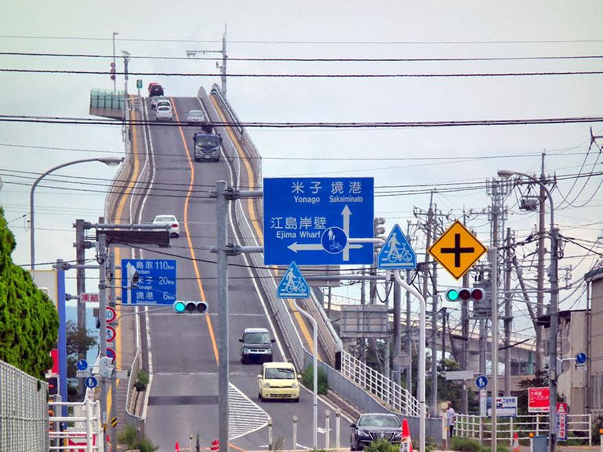 (4) Мост во Јапонија кој изгледа како луда железница