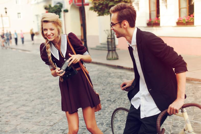 22 мисли кои им поминуваат низ глава на срамежливите девојки кога ќе запознаат згодно момче