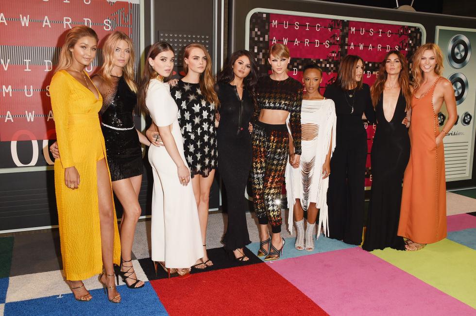 (0) Лудата мода на црвениот тепих за овогодишните видео музички награди