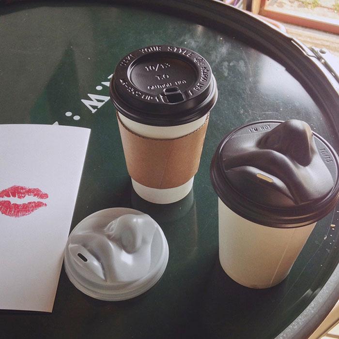 (1) Уникатно дизајнирани капачиња за чаши кои ве бакнуваат додека го пиете вашето утринско кафе