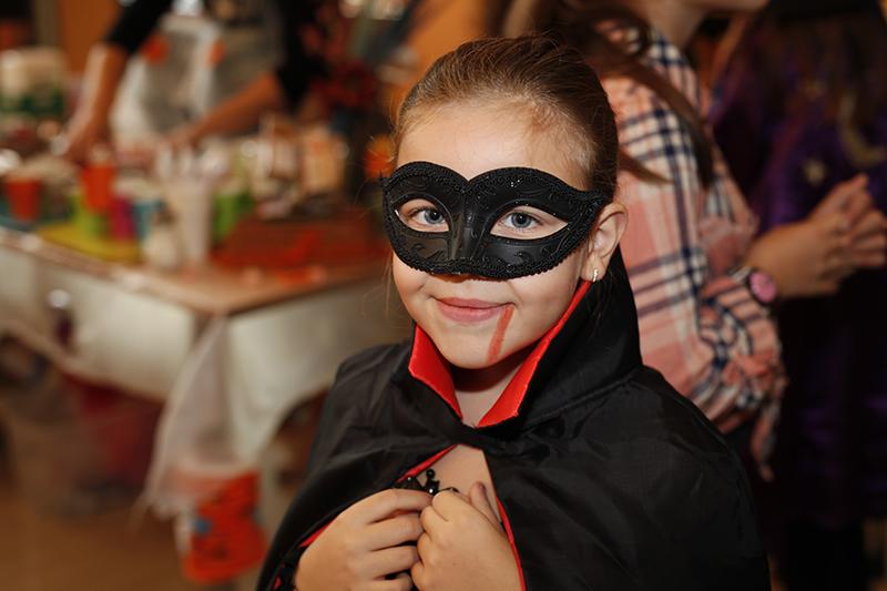0-veshterki-vampiri-i-superheroi-go-praznuvaa-halovin-vo-megjunarodnoto-uchilishte-nova-kafepauza.mk