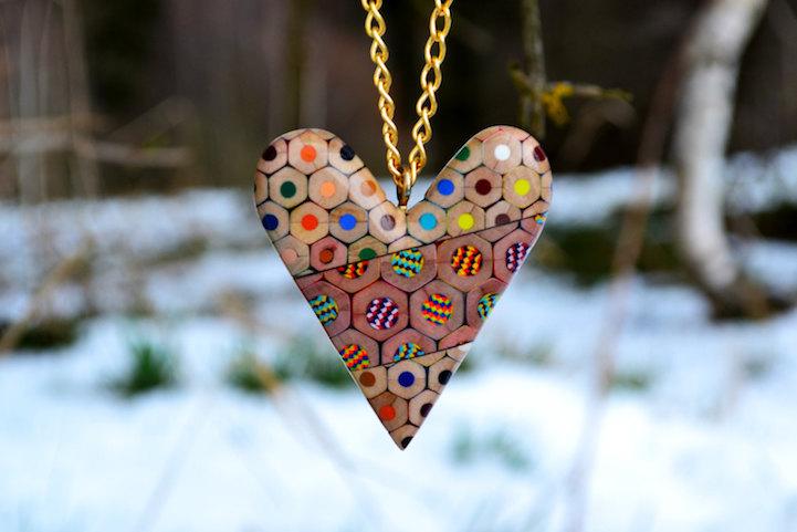 (1) Креативен накит составен од исечени дрвени боички во различни бои