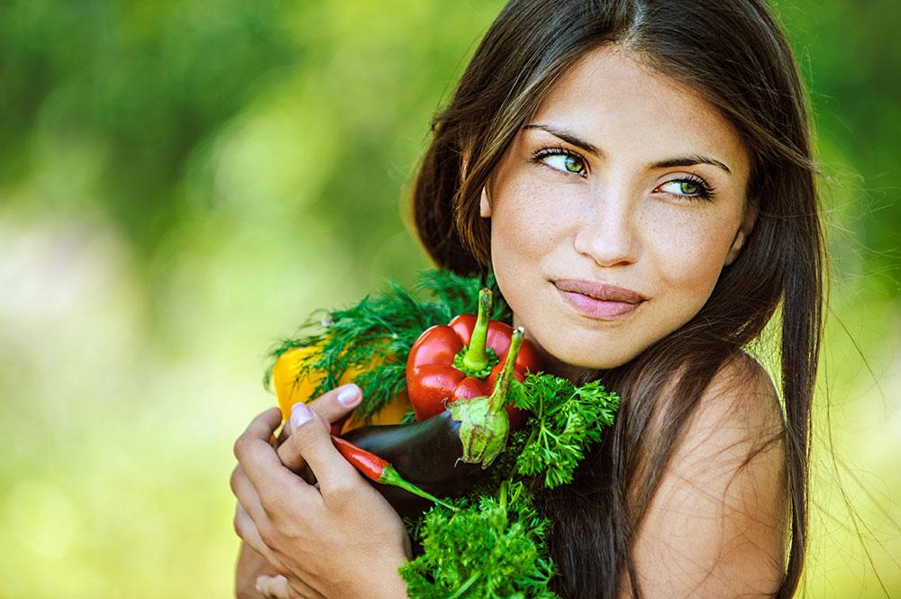 Најубавата шминка е насмевката: Како мажите ги гледаат природните жени?