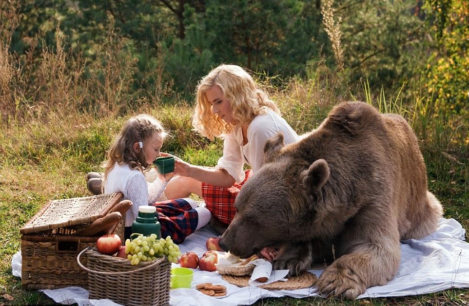 (1) Неверојатни фотографии ни покажуваат како мајка, ќерка и голема мечка уживаат во пикник