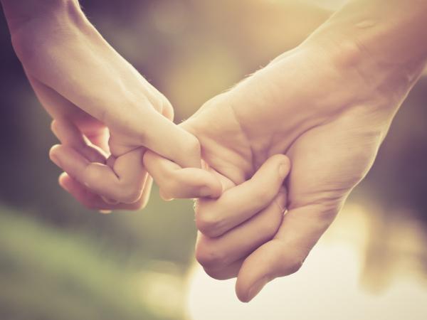 Што кажува начинот на кој се држите за рака со партнерот за вашата љубовна врска?