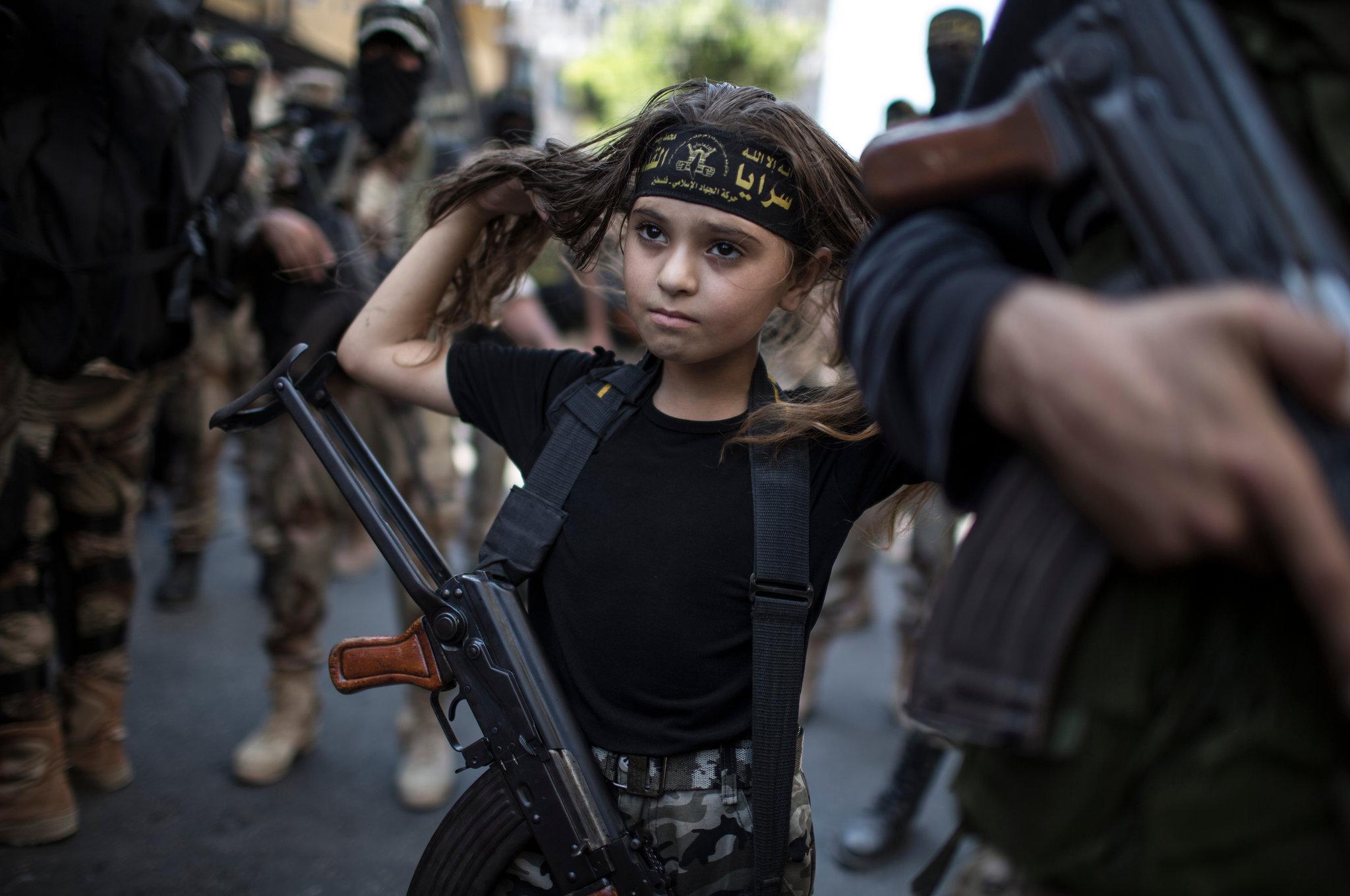 Палестинско девојче со Калашников помеѓу исламистичките џихадисти во Газа