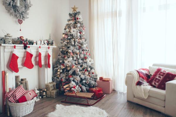Како да ја декорирате и поставите новогодишната елка со цел да повикате среќа во 2016?