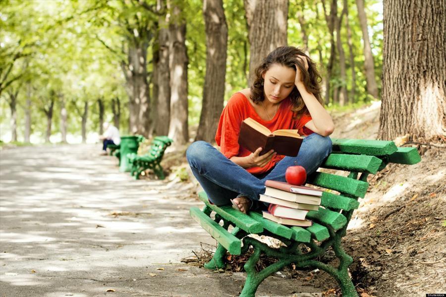 11 причини поради кои ги сакаме жените кои се опседнати со читање книги