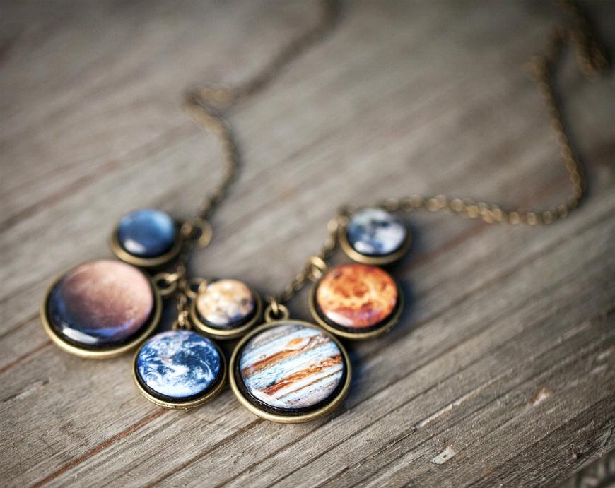 Елегантен планетарен накит кој ја држи вселената блиску до вашето срце