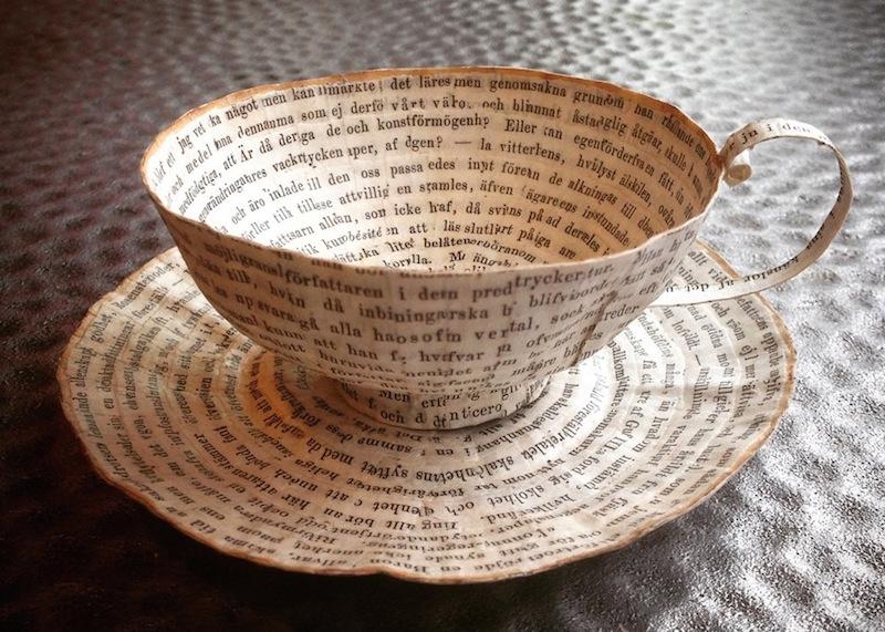 Стари книги трансформирани во хартиени чаши и чинии
